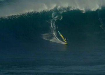 Un windsurfista se enfrenta a las olas más grandes de Hawai