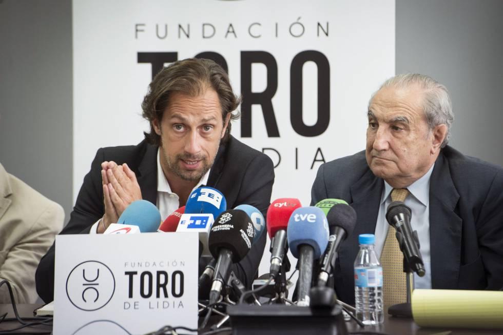 El presidente de la Unión de Toreros, Juan Diego (izquierda), junto al  abogado Vicente Conde, explica las acciones legales a seguir contra los autores de mensajes ofensivos a la memoria de Víctor Barrio.