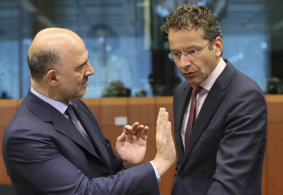 El comisario de Asuntos Económicos, Pierre Moscovici (izquierda) y el presidente del Eurogrupo, Jeroen Dijsselbloem, durante la reunión del Eurogrupo celebrada en Bruselas el 11 de julio de 2016.