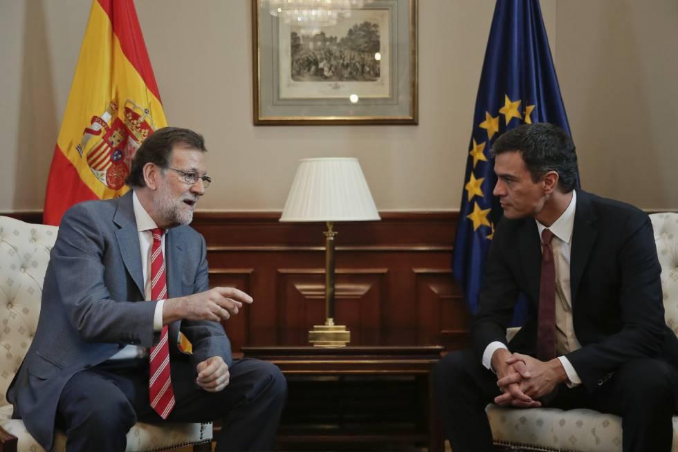 Mariano Rajoy y Pedro Sánchez, durante la reunión mantenida en el Congreso el 13 de julio de 2016.