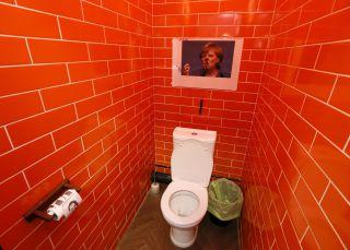 Las frases más guarras y siniestras de los baños públicos
