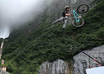 Trece ciclistas desafían a la gravedad en China