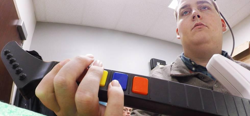 Ian Burkhart, tetrapléjico, es capaz de realizar movimientos complejos gracias a un dispositivo que lleva conectado al cerebro.