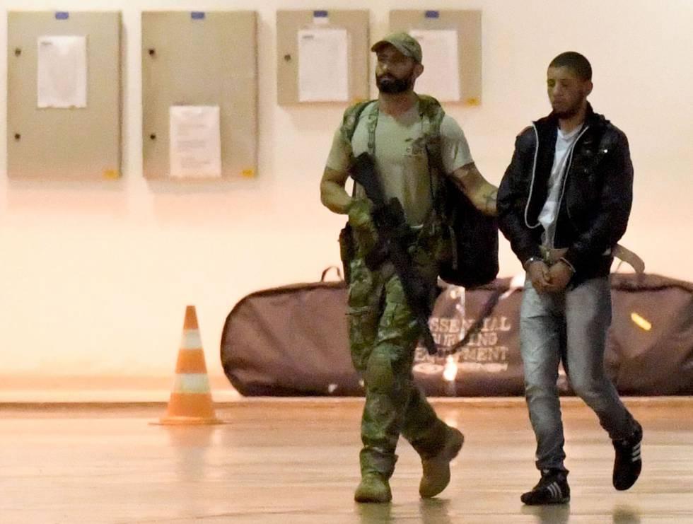 La policía brasileña arresta a un supuesto terrorista en el aeropuerto de Brasilia.rn