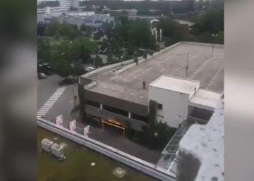 Un vecino graba con su móvil al supuesto asaltante de Múnich
