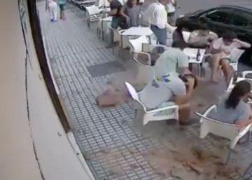 Cae una cornisa sobre la terraza de un bar y hiere a tres personas en Badajoz