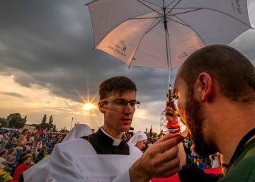Las Juventudes esperan al papa Francisco bajo la lluvia