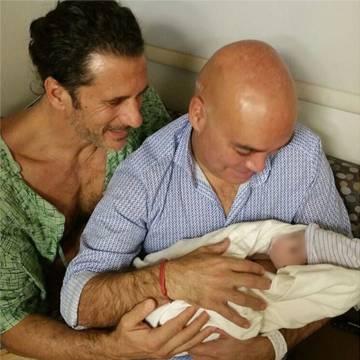Kike Sarasola y su marido, Carlos Marrero, con la imagen con la que anunciaron en Instagram en nacimiento de su segundo hijo.