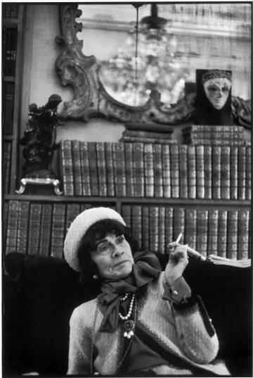 La diseñadora Coco Chanel, en 1964 frente a su biblioteca. foto: