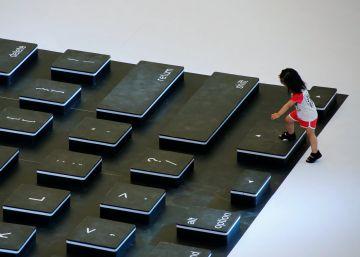 Una niña sube a un teclado gigante, durante un evento promocional en el centro de Pekín, China.