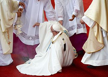 El Papa Francisco tropieza durante una misa en Polonia