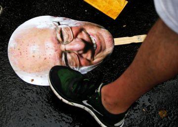 Un recorte del rostro del senador Bernie Sanders, en una manifestación.