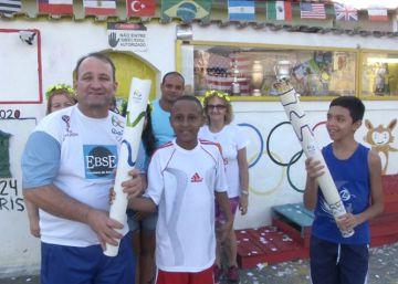 Jarbas Carlini, junto a los niños de su barrio en las Olimpiadas que les organizó.