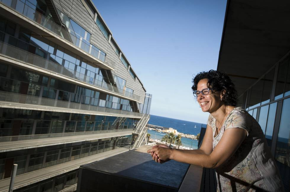La bióloga Núria López-Bigas en el Parque de Investigación Biomédica de Barcelona, donde trabaja.