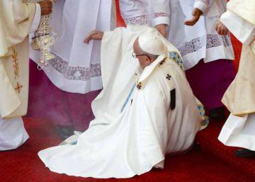"""El Papa: """"Estaba mirando a la Virgen y olvidé que había un escalón"""""""