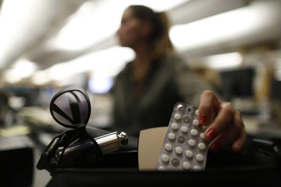 Una mujer coge pastillas de lorazepam de su bolso.