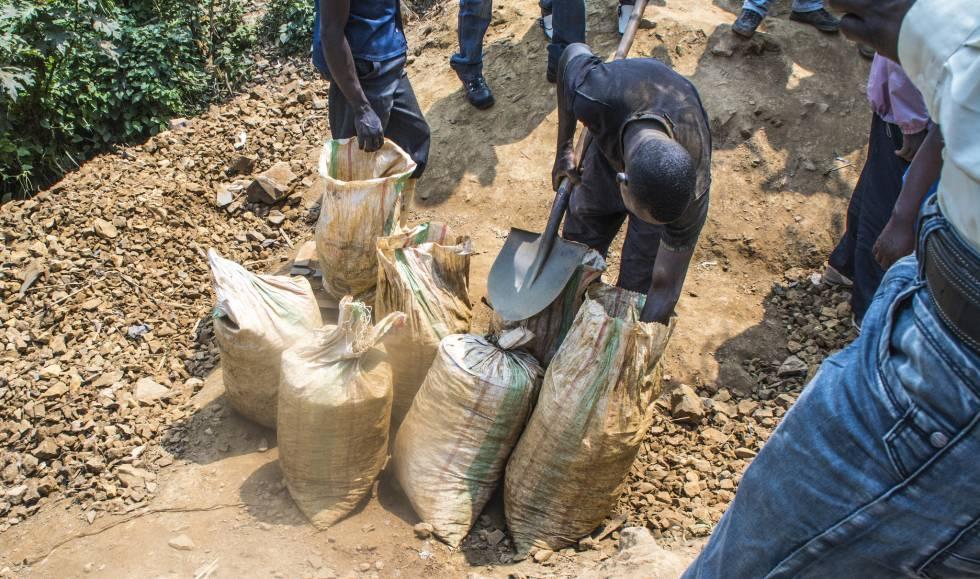 Trabajadores de la mina de Kalimbi (República Democrática del Congo) recogiendo el estaño en bolsas, antes de ser etiquetado.