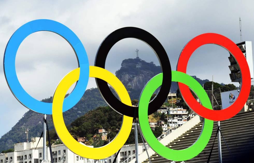 Los aros olímpicos, sobre una imagen de Río de Janeiro.
