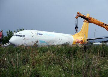 Un avión de carga se sale de la pista de aterrizaje