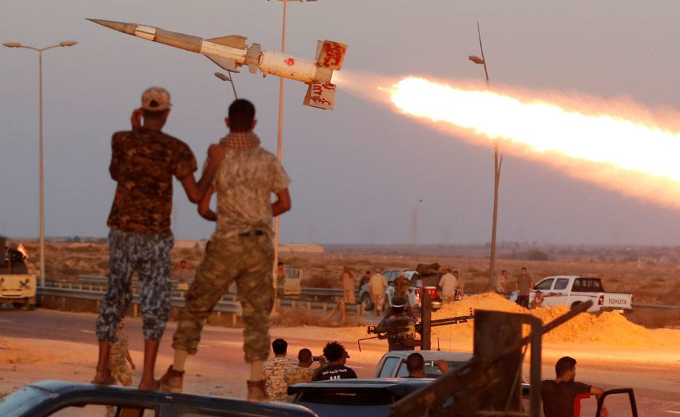 Milicianos afines al Gobierno libio lanzan un misil contra el Estado Islámico, el 4 de agosto en Sirte (Libia).