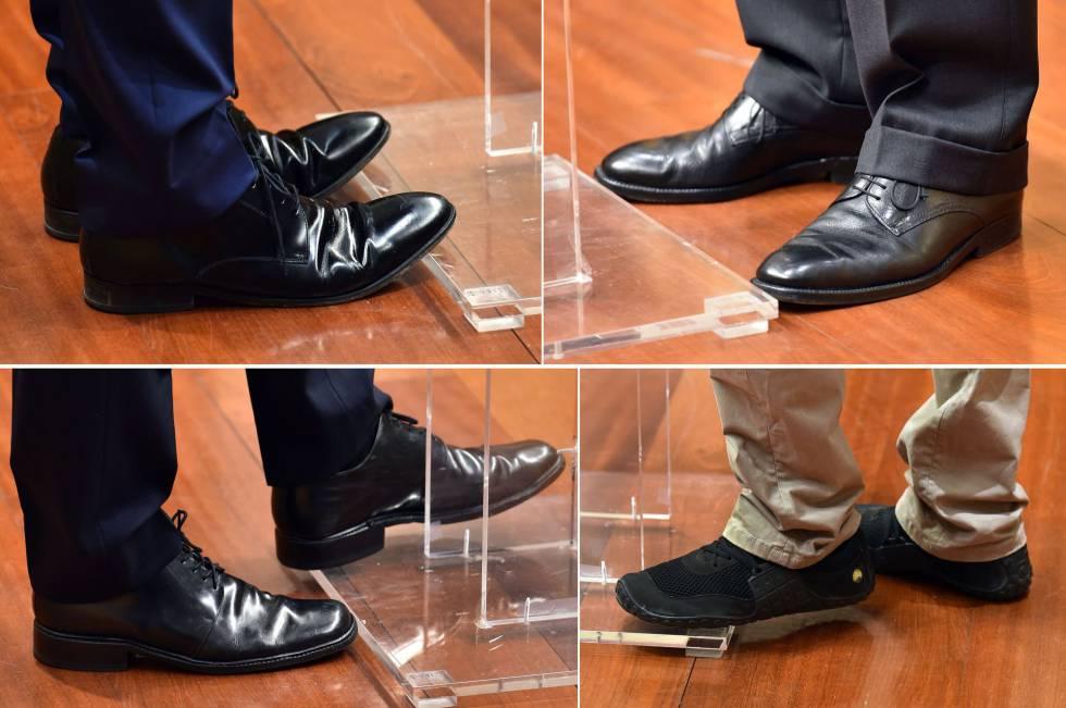 Los zapatos de Alberto Rivera, Mariano Rajoy, Pedro Sánchez y Pablo Iglesias, durante distintas ruedas de prensa.