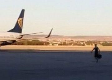 Un pasajero se lanza a la pista de Barajas para no perder un vuelo