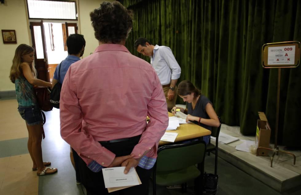 Un hombre espera su turno para votar, en las pasadas elecciones celebradas en España.