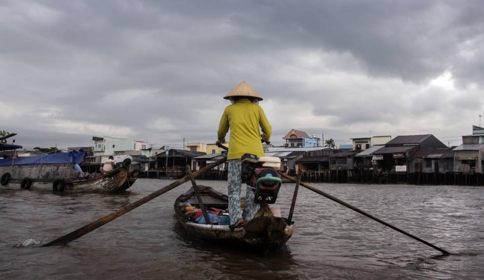 Una mujer vietnamita rema a lo largo del río en el delta del Mekong.