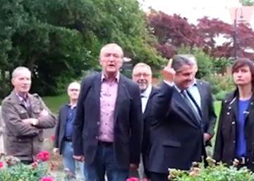 El vicecanciller alemán hace una peineta a un grupo de neonazis