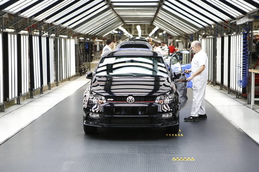 Trabajadores en la cadena de montaje de la planta de Volkswagen en el polígono industrial de Landaben, Pamplona, Navarra.