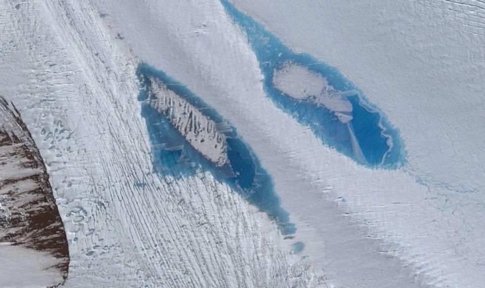 Imágenes de satélite de lagos azules sobre el glaciar Langhovde.
