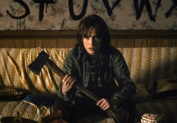 Wynona, dispuesta a todo por su hijo, en la serie 'Stranger things'.
