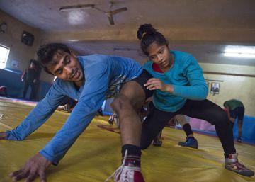 Una joven lucha con un hombre en un gimnasio de Nueva Delhi (India)