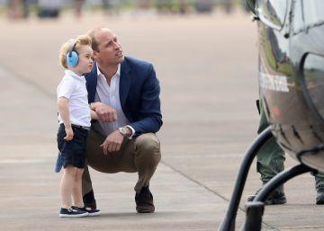 Por qué el príncipe Guillermo se agacha siempre que habla con su hijo