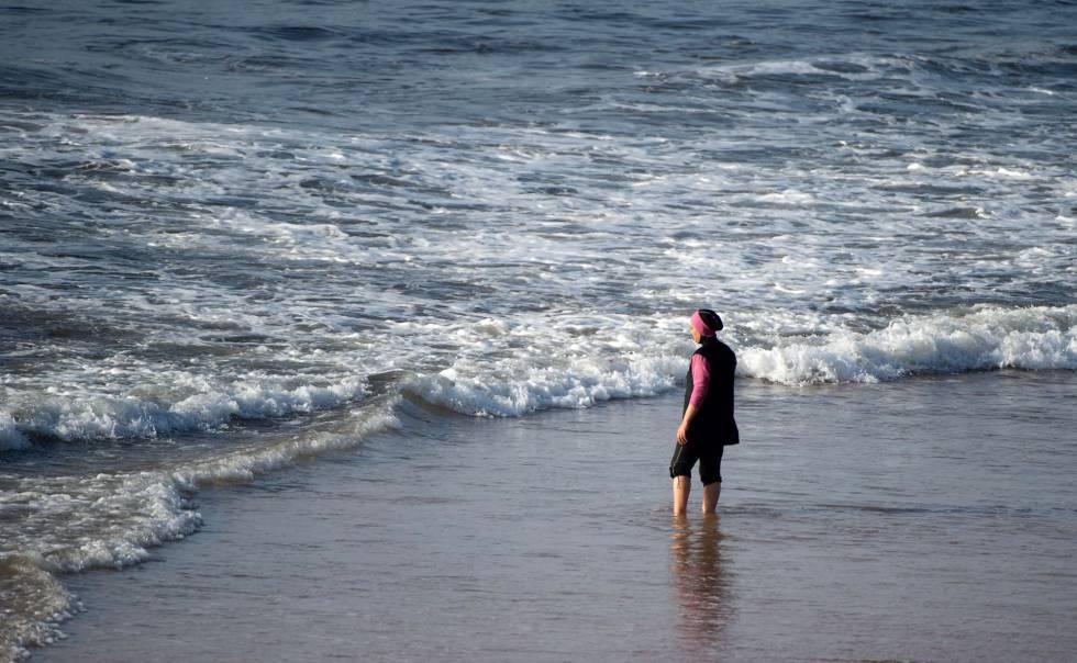 Una mujer con 'burkini', en una playa de Marruecos.