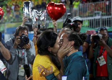 La jugadora brasileña de rugby-7 Isadora Cerullo besa a Marjorie Yuri Enya, voluntaria de la organización, que le pidió matrimonio en el evento.