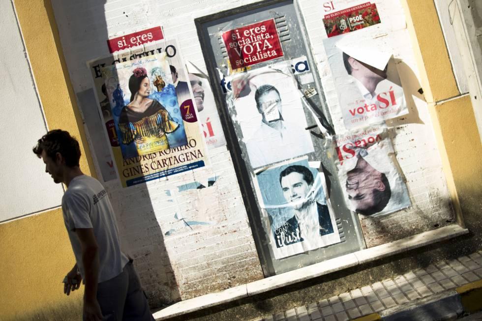 Carteles electorales del 20-D que aún se ven en la localidad sevillana de Las Pajanosas.