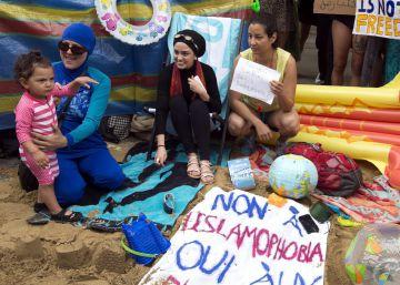 Una playa frente a la embajada francesa en Londres para apoyar el uso del 'burkini'