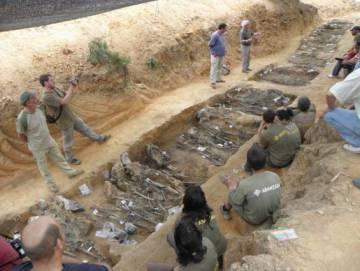 Exhumación de la fosa de La Pedraja en 2010.