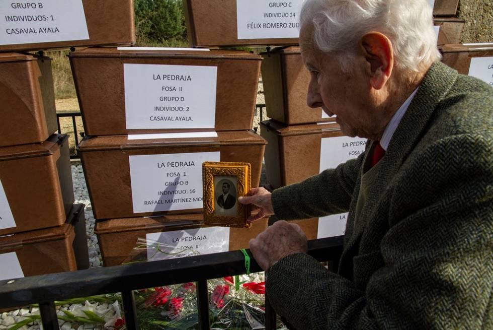 Rafael Martínez Martínez, con una foto y los restos de su padre.