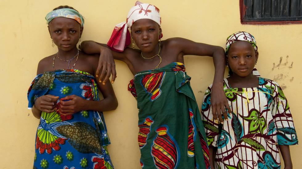 Tres mujeres de la familia Abdulhi en la aldea nigerina de Ta Kuti.