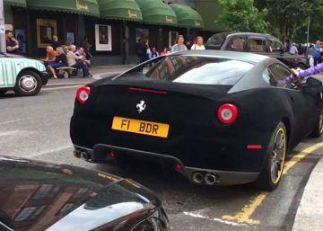 Un conductor forra de terciopelo la carrocería de su Ferrari