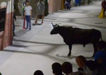 Un pueblo de Zaragoza sustituye el fuego por las bombillas en las astas de los toros