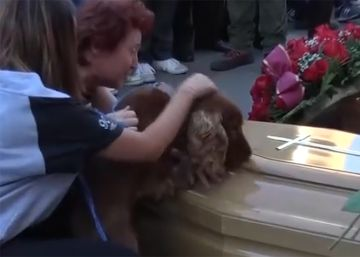 La despedida del perro de una víctima del terremoto de Italia