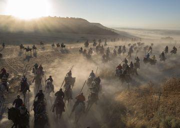 Caballistas guían a los toros de la ganadería Condessa del Sobrel pastar durante la tercera jornada de los encierros de Cuéllar (Segovia).