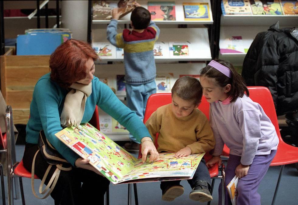 Una madre con sus hijos leen un cuento