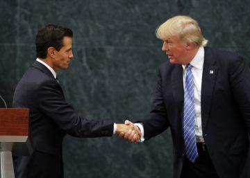 Peña Nieto y Donald Trump se saludan tras su reunión en México.