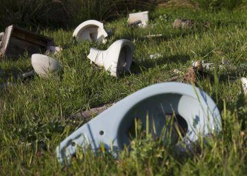 Todo tipo de basuras en medio del campo