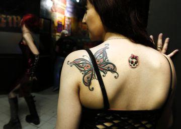 ¿Qué contiene la tinta de los tatuajes?