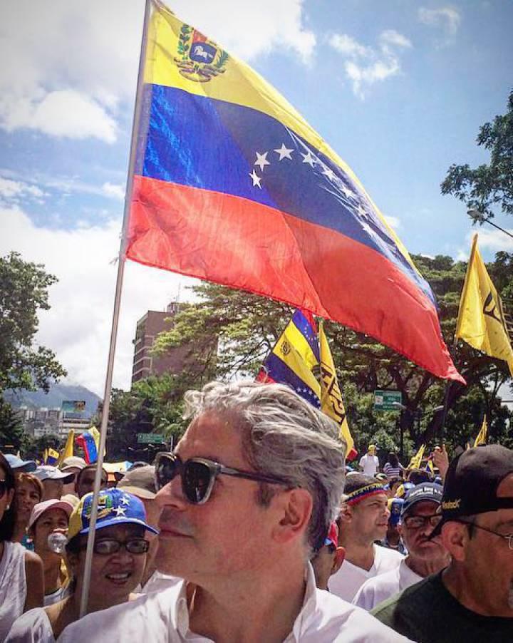 Boris Izaguirre en la manifestación de ayer contra Maduro en Caracas.